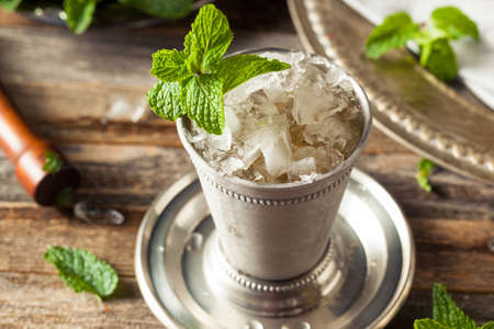 Cold Refreshing Classic Mint Julep with Mint and Bourbon Reklamní fotografie