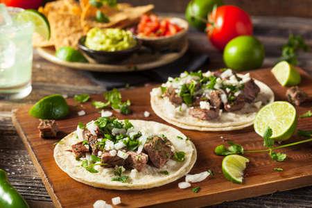Homemade Carne Asada straat Tacos met kaas koriander en ui Stockfoto