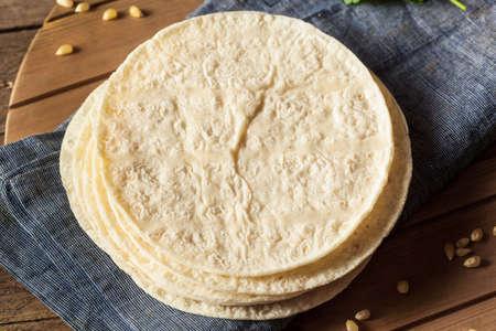 tortilla de maiz: Casera blanca Tortillas de maíz en una pila