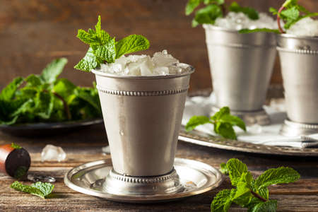 Cold Refreshing Classic Mint Julep with Mint and Bourbon 版權商用圖片