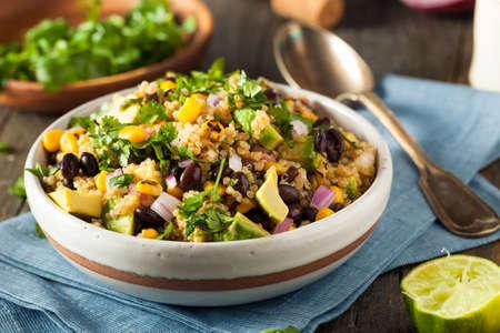 Ensalada hecha en casa del sudoeste de México quinoa con maíz y Cilantro Foto de archivo - 56251739