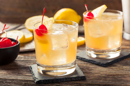 桜レモン添え自家製ウィスキー サワー カクテルを飲む
