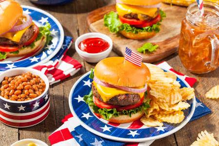Homemade Memorial Day Hamburger de pique-nique avec des frites et fruits