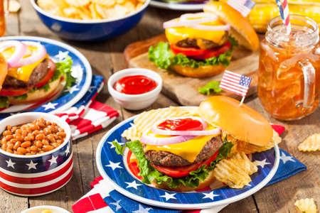 Homemade Memorial Day Hamburger de pique-nique avec des frites et fruits Banque d'images - 56709770