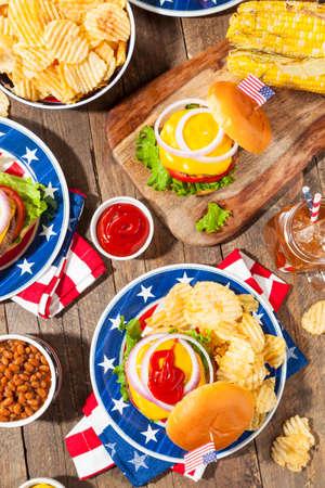Memorial Day hecho en casa hamburguesa de picnic con patatas fritas y fruta