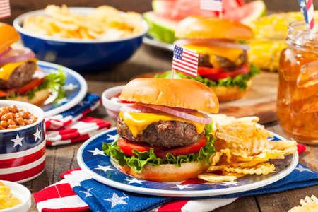 Selbst gemachte Memorial Day Hamburger Picknick mit Chips und Obst