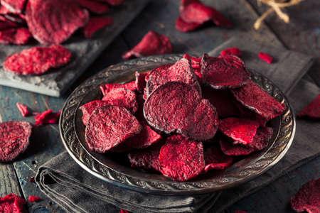 Chips de remolacha cocida al horno sana púrpura con la sal del mar Foto de archivo