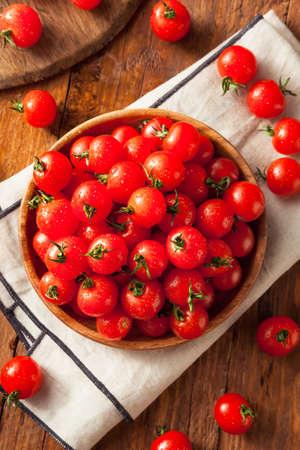 生の有機赤チェリー トマトを食べる準備ができて
