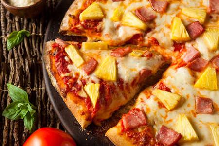 Selbst gemachte Ananas und Schinken Pizza Hawaii essfertig