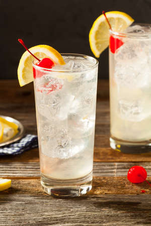 Refreshing Classic Tom Collins Cocktail with a Cherry and Lemon Slice 版權商用圖片