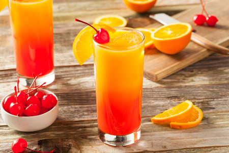 Juicy Orange et Red Tequila Sunrise avec une cerise Banque d'images - 57752119