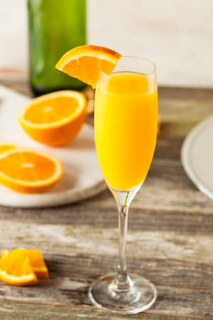 Selbst gemachte Refreshing orange Mimosa Cocktails mit Champagner