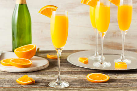 bebidas alcohÓlicas: Caseras refrescantes cócteles Mimosa anaranjadas con Champagne Foto de archivo