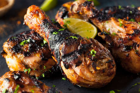 Pittige gegrilde gemarineerde kip met limoen en specerijen Stockfoto