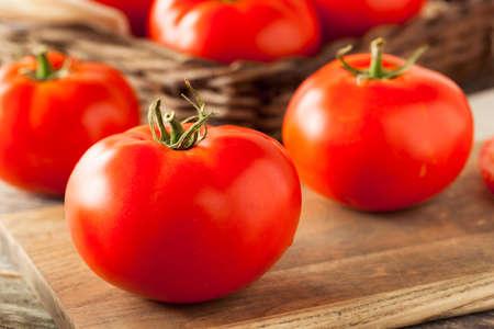 Rojo Beefsteak tomates crudos orgánicos listo para cocinar Foto de archivo