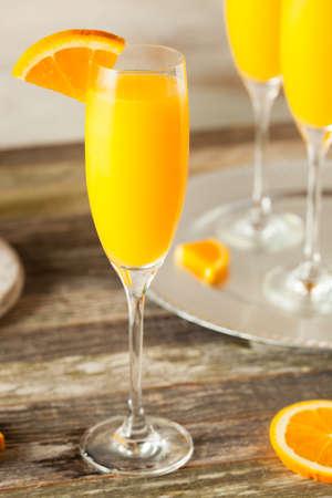 flauta: Caseras refrescantes cócteles Mimosa anaranjadas con Champagne Foto de archivo