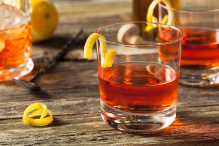 Homemade Cocktail New Orleans Sazerac avec Bitters et Rye Banque d'images - 58502381