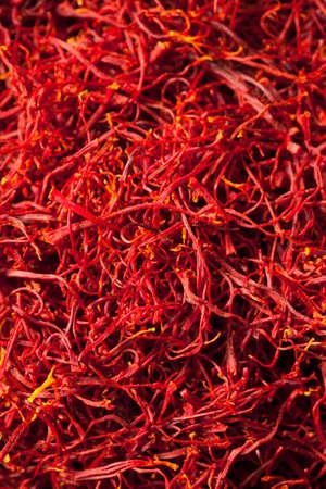 Raw Organic Red Saffron Spice in einer Schüssel