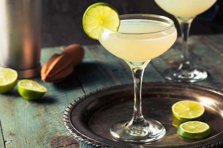 Classic Lime Daiquiri Cocktail with a Garnish Фото со стока