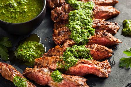 Homemade cuit Steak Jupe avec sauce Chimichurri et épices