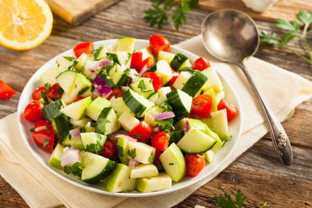 ensalada tomate: Healthy Organic Cucumber Salad with Parsley and Tomatoes Foto de archivo