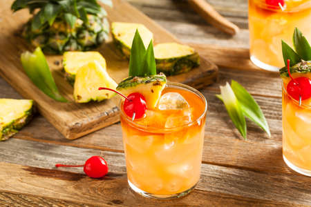 Homemade Mai Tai cocktail met ananas Kers en Rum Stockfoto