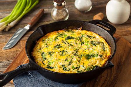 huevos revueltos: Casera de espinacas y queso feta Fritatta en una sartén