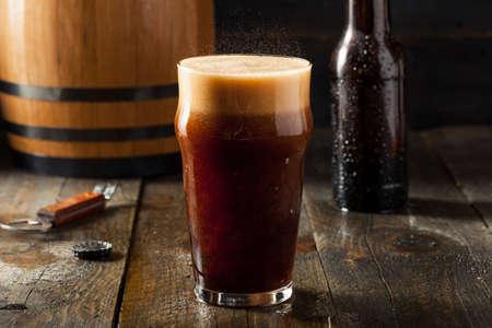 cerveza negra: Refrescante fría alcohólica duro de la cerveza de raíz Listo para Beber Foto de archivo
