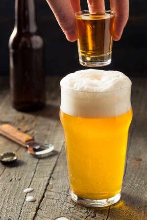 さわやかなビールとウイスキー ショット ボイラー カクテルを飲む