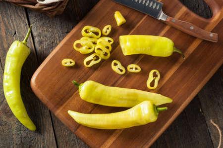 pimientos: Crudo Orgánico Amarillo pimientas del plátano listo para cortar