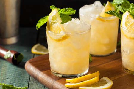 Selbst gemachte Boozy Bourbon Whiskey Smash mit Zitrone und Minze