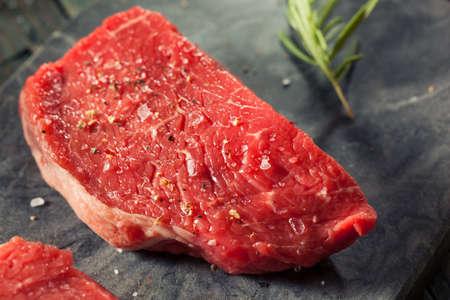 carne cruda: Hierba prima orgánica Fed bistec de solomillo con sal y pimienta Foto de archivo