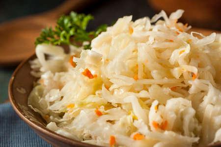 picada: Prima orgánica en escabeche sauerkraut con las zanahorias Listo para comer Foto de archivo