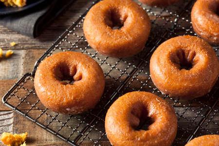 Zelfgemaakte Geglazuurde Pompoen van de herfst Donuts Klaar te eten
