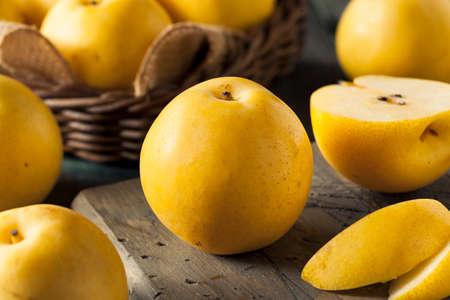 生の有機黄色アジア リンゴ梨を食べる準備ができて 写真素材