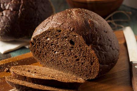 Homemade Organic roggebrood roggebrood in schijfjes gesneden Stockfoto