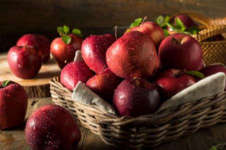 Raw Organic Red Delicious appels klaar om te eten