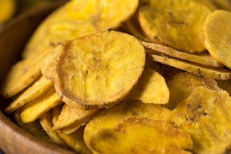 platanos fritos: Chips de plátano sana hecha en casa con la sal del mar
