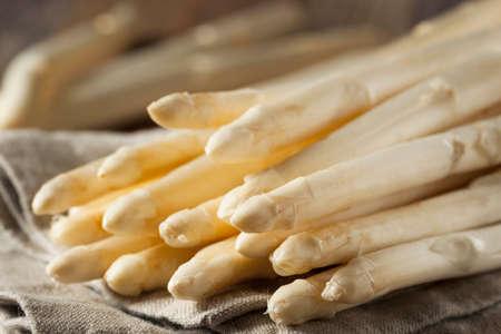 Surowe organiczne białe szparagi włócznie gotowe do spożycia Zdjęcie Seryjne