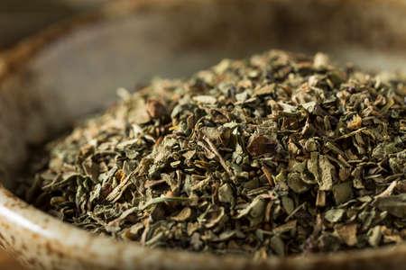 Raw Organic Dry Basil Seasoning in a Bowl Zdjęcie Seryjne