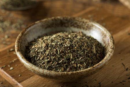 Raw Organic Droge basilicum kruiden in een Kom Stockfoto - 64719505