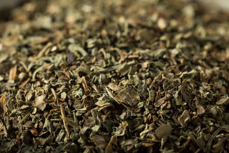 Raw Organic Droge basilicum kruiden in een Kom Stockfoto - 64719213