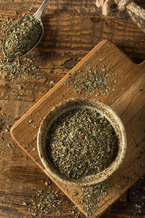 Raw Organic Dry Basil Seasoning in a Bowl Banque d'images