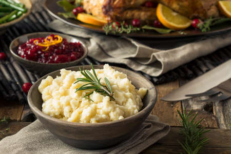 pure de papas: Homemade Thanksgiving Mashed Potatoes with butter and Rosemary Foto de archivo
