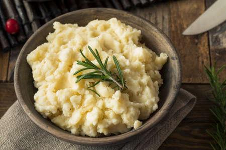 pure de papa: Las patatas caseras de Acción de Gracias triturada con mantequilla y romero