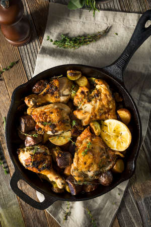 ポテトと野菜をフライパンに自家製の焼きチキン 写真素材