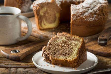 Torta hecha en casa Canela Café con azúcar en polvo Foto de archivo - 68150517