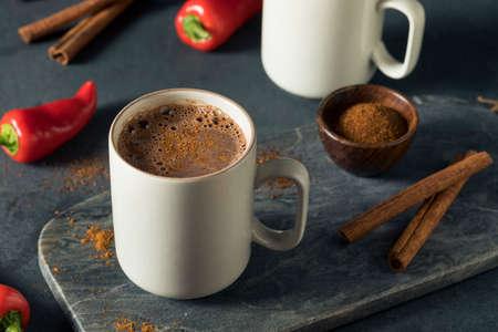 Eigengemaakte Kruidige Mexicaanse warme chocolademelk met kaneel