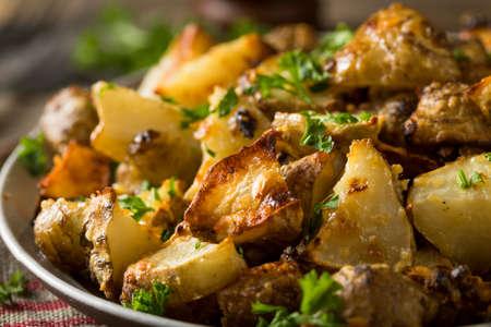Zelfgemaakte Geroosterde Jeruzalem-artisjok Sunchokes met knoflook en kaas Stockfoto