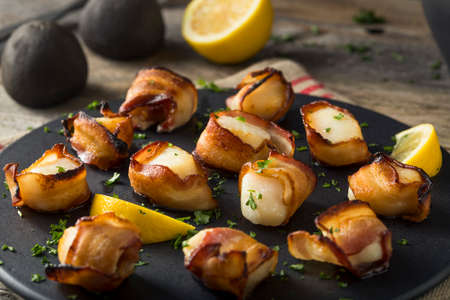 Homemade Bacon Wrapped Scallops with Salt and Pepper Reklamní fotografie - 68151319